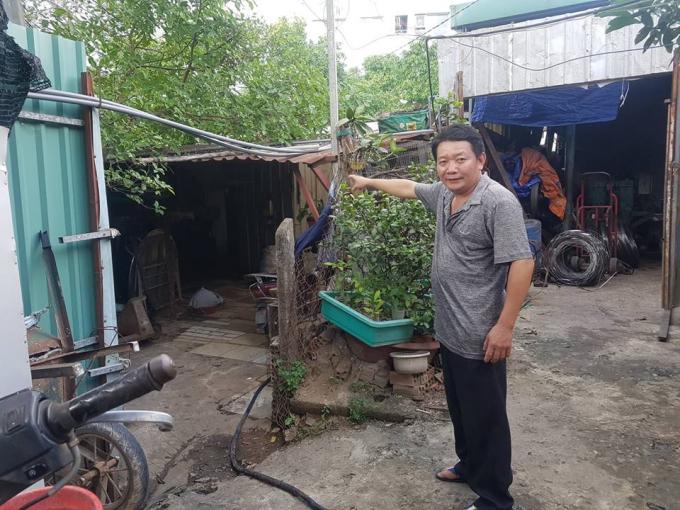Ngôi nhà tạm bợ này hiện có đến 8 người đang ở, việc lấy lại đất khiến gia đình ông Dư đứng trước nguy cơ không còn chỗ ở.