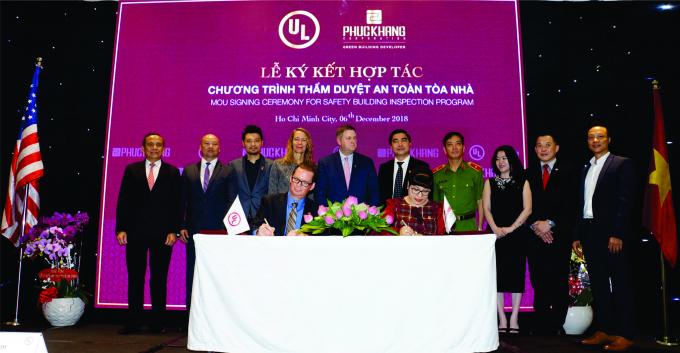 Ông Mike Haligan- Tổng Giám Đốc Thẩm Duyệt Toàn Cầu UL và Bà Lưu Thị Thanh Mẫu – Tổng Giám đốc Phuc Khang Corporation chính thức ký kết hợp tác Chương trình thẩm duyệt an toàn tòa nhà.