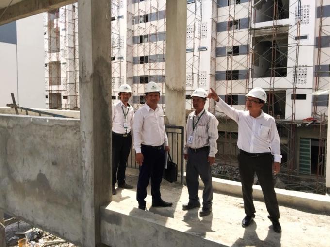 Ban lãnh đạo Trần Anh Group đi kiểm tra các hạng mục xây dựng tại dự án.