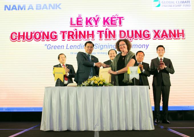 Ông Trần Ngọc Tâm – Tổng Giám đốc Nam A Bank và Bà Maud Savary Mornet – Giám đốc GCPF Khu vực Châu Á Thái Bình Dương cùng ký kết hợp tác triển khai chương trình Tín dụng xanh.