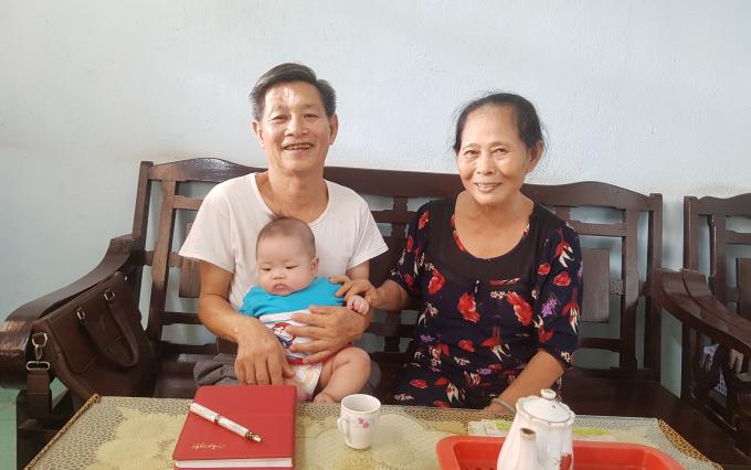 Bệnh nhân Vũ Ngọc Huấn (67 tuổi, ngụ phường 3, TP Tây Ninh, tỉnh Tây Ninh) cùng vợ và cháu.
