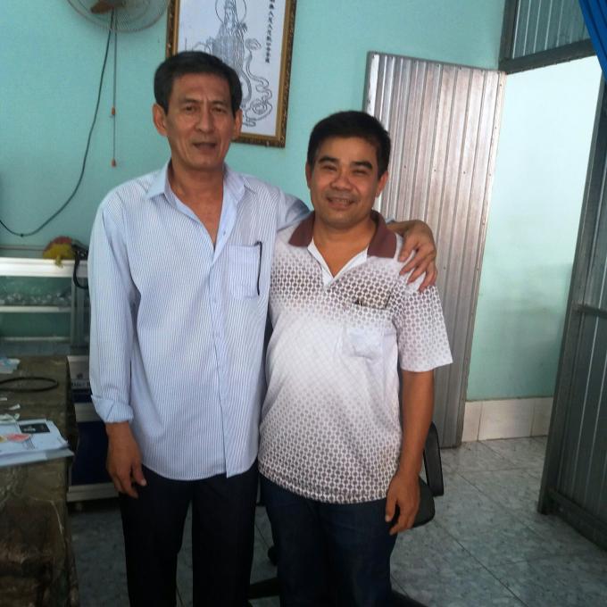 Bác sĩ Trịnh Sáng Lìl (bên trái) cùng bệnh nhân.