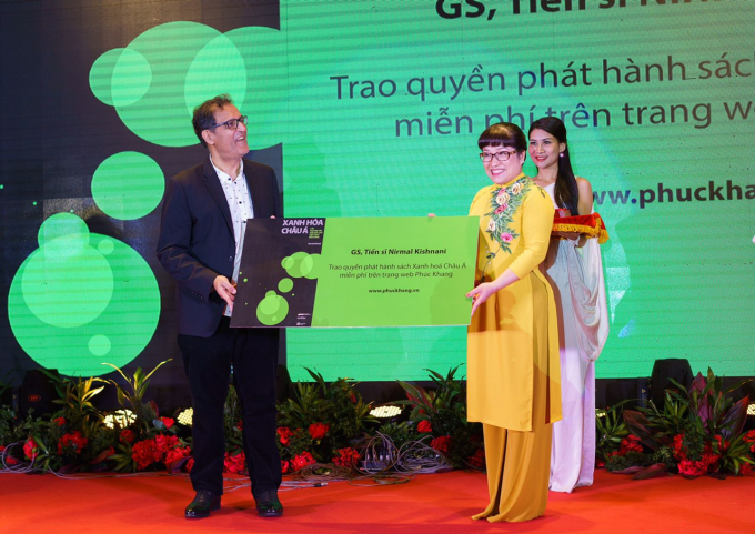 Tác giả Nirmal Kishnani trao quyền phát hành cho đại diện Phúc Khang, bà Lưu Thị Thanh Mẫu – CEO Phuc Khang Corporation.