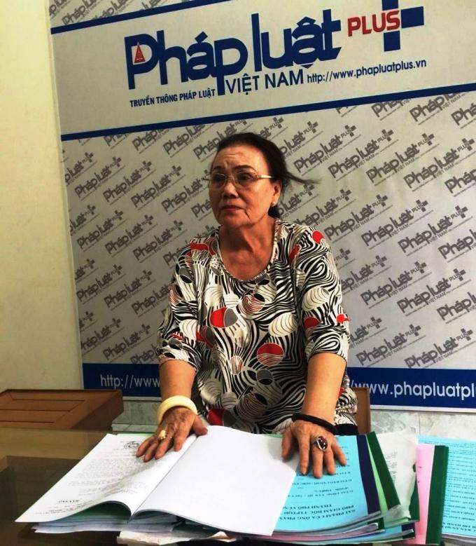 Bà Trần Thị Hương trình bày vụ việc với phóng viên.