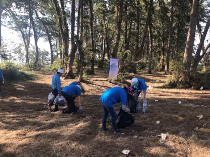 Tập thể cán bộ, nhân viên Tập đoàn Novaland, đại diện lãnh đạo UBND cùng Đoàn Thanh niên xã Tiến Thành, TP Phan Thiết, tỉnh Bình thuận chung tay làm sạch bãi biển.