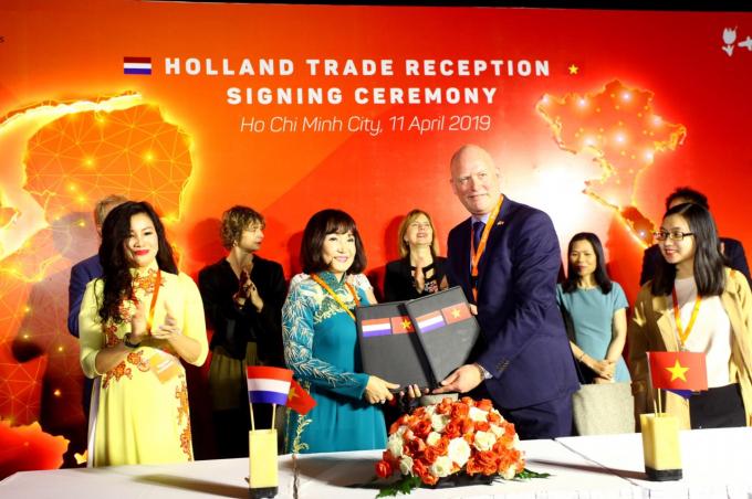 Chủ tịch HĐQT Công ty CP Toàn Hải Vân – bà Huỳnh Bích Ngọc và Giám đốc Điều hành Upp! UpCycling Plastic Hà Lan – ông Jan Jaap Folmer tại buổi ký kết.