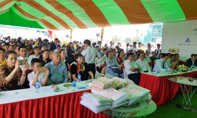 Buổi lễ có sự tham dự của đông đảo quan khách và hàng trăm khách hàng.