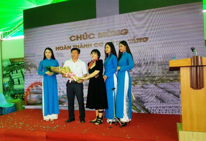 Bà Phạm Thị Hường (áo đen, ở giữa) tặng hoa cảm ơn ông Nguyễn Thanh Tâm – Chủ tịch UBND TX Thuận An.
