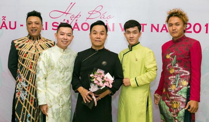 NTK Việt Hùng (áo dài đen) là người viết kịch bản cho cả chương trình.