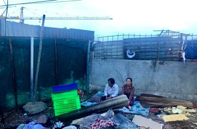 Vợ chồng ông Quang bên trong căn nhà vừa bị san ủi.