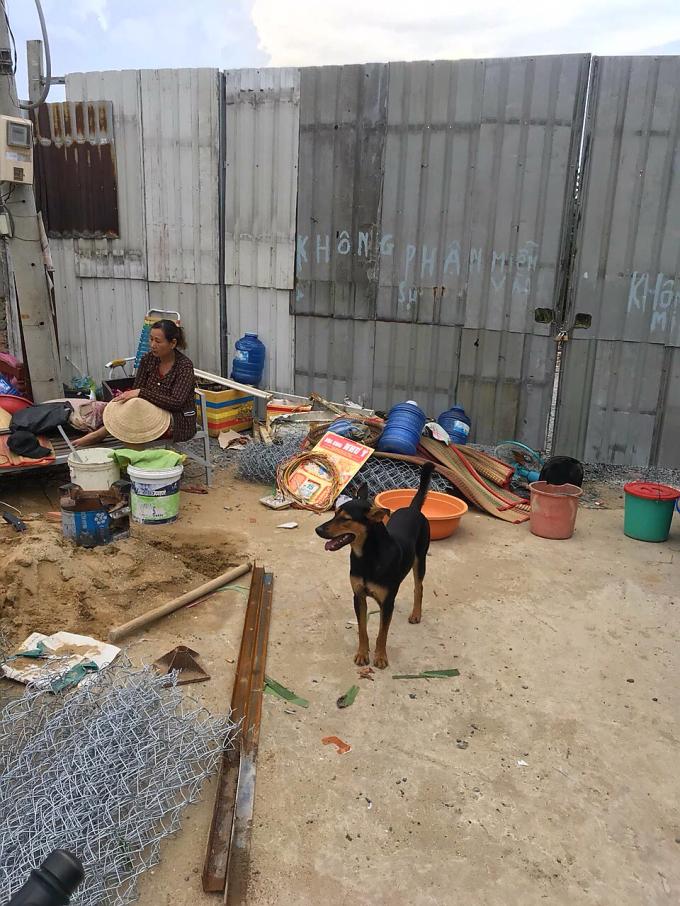 Nhiều vật dụng của gia đình bị mang ra bỏ bên ngoài.
