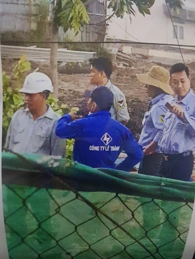 Nhóm công nhân mặc áo Công ty Lê Thành được cho là theo chỉ đạo của ông Nghĩa vào nhà phá khóa, mang đồ đạc ra ngoài rồi cho phương tiện vào san phẳng căn nhà ông Quang đang ở.