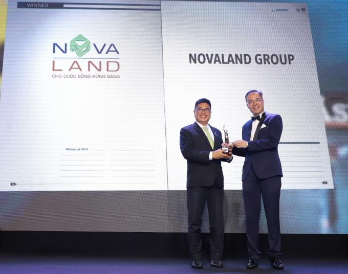 Ông Bùi Xuân Huy, Tổng Giám đốc Tập đoàn Novaland (trái) nhận giải thưởng từ ông William Ng, Tổng Biên tập Tạp chí HR Asia.