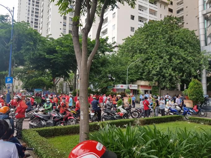 Từ sáng sớm, rất đông các tài xế Go-Viet tập trung tại địa chỉ 360A bến Vân Đồn, Quận 4, TP HCM để đòi quyền lợi.
