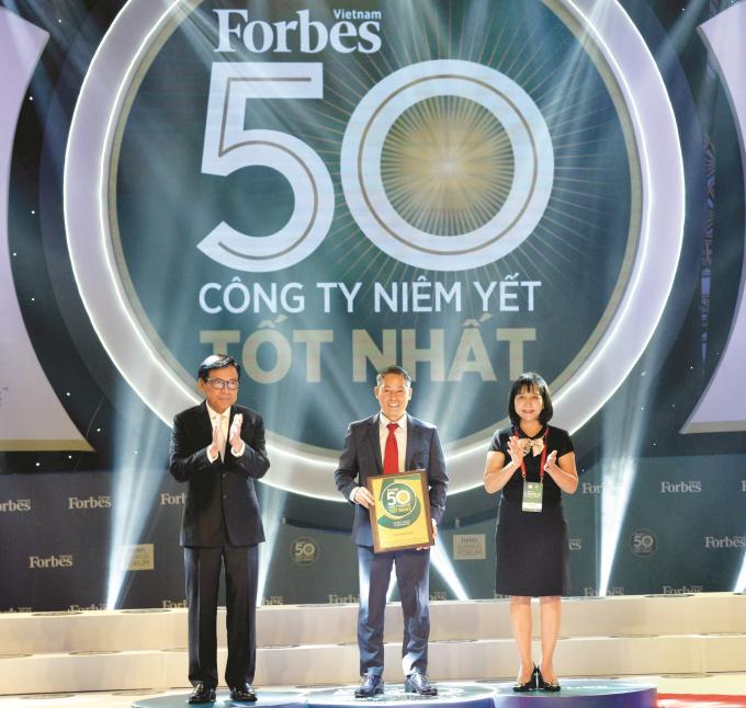 Ông Bùi Ngọc Đức – Giám đốc Điều Hành Tập đoàn Đất Xanh nhận giải thưởng từ ban tổ chức.