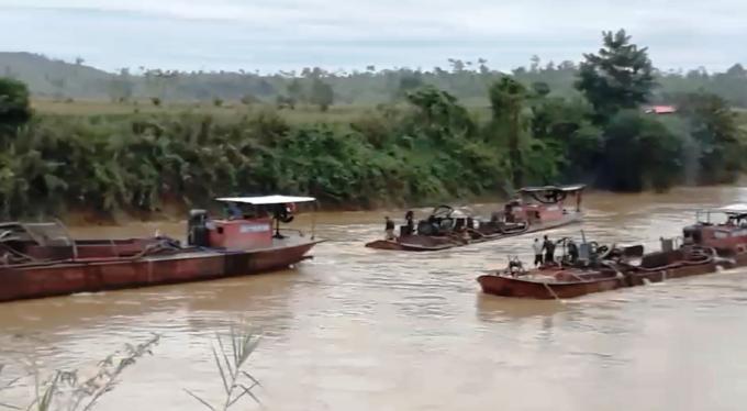Nhiều ghe tàu hút cát hoạt động trên sông Krông Nô.