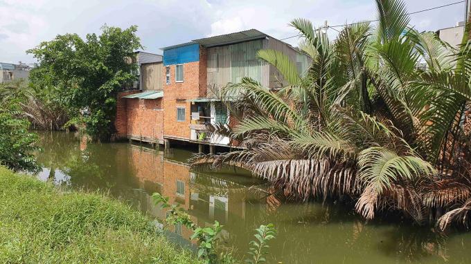 Khu nhà ở lấn chiếm kênh rạch trên địa bàn phường Hiệp Bình Chánh, quận Thủ Đức.
