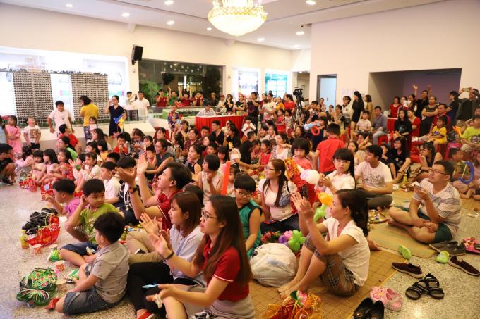 Hơn 150 em nhỏ tham gia đêm rước đèn Trung thu tại hội trường chung cư Diamond Lotus Riverside.
