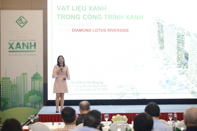 Giám đốc Trung tâm Nghiên cứu và Phát triển Sản phẩm Phuc Khang Corporation, TS. KTS Lê Thị Hồng Na trình bày bài tham luận.