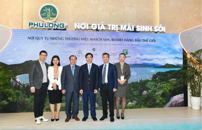 """Lãnh đạo cấp cao tham quan gian hàng giới thiệu các dự án của Phú Long trong khuôn khổ """"Diễn đàn du lịch cấp cao 2019""""."""