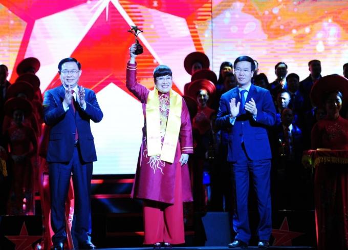 CEO Lưu Thị Thanh Mẫu nhận giải thưởng Sao Đỏ 2019.