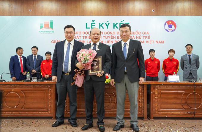 Ông Lê Trọng Khương nhận hoa và bảng danh vị từ lãnh đạo VFF.