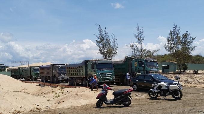 Cơ quan chức năng tạm giữ các tang vật, phương tiện gồm 10 xe ben vận chuyển cát, 4 xe cuốc, 1 dàn bơm hút cát.