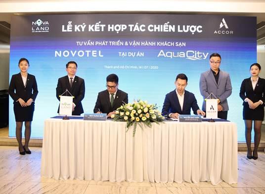 Ông Bùi Xuân Huy, Tổng Giám đốc Tập đoàn Novaland và ông Nguyễn Quý Tuấn, Giám đốc phát triển dự án Tập đoàn Accor tại Việt Nam thực hiện nghi thức ký kết hợp tác.