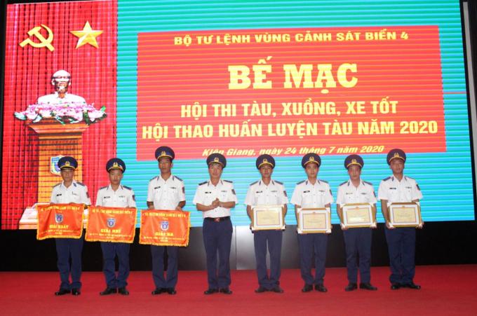 Thiếu tướng Lê Văn Minh, Tư lệnh Vùng Cảnh sát biển 4 trao thưởng cho các tập thể đạt thành tích tốt trong Hội thi.