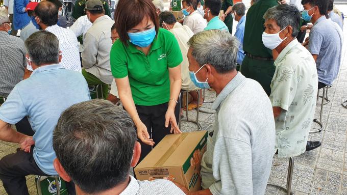 Bà Trần Thị Minh Nguyệt - Phó Chủ tịch HĐQT NutiFood trao quà cho người dân vùng biên giới.