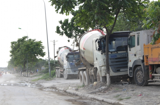 Hằng ngày có từ 4,5 chiếu xe bồn, xe tải lớn nằm án ngữ vỉa hè và lòng đường.