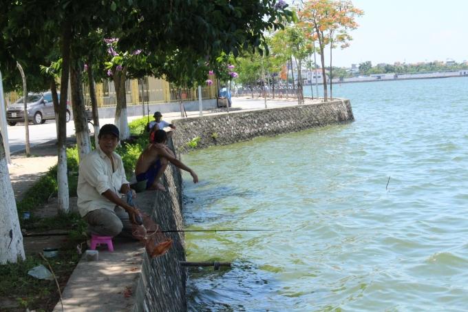 Nhiều người vừa ngồi tránh nóng, vừa câu cá để cải thiện bữa ăn.