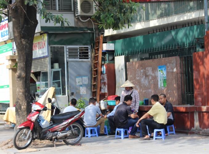 Quán nước bên đường Đào Tấn hút khách ngày nắng nóng.