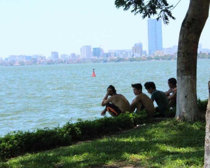 Hồ nước là lựa chọn tối ưu của người dân thủ đô những ngày này.