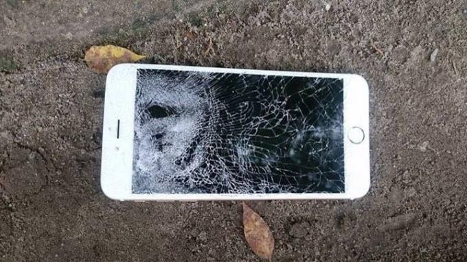 Chiếc điện thoại bị đối tượng Dũng đập vỡ.