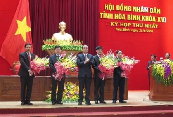 Ông Nguyễn Văn Quang (giữa) Chủ tịch UBND tỉnh Hòa Bình nhiệm kỳ 2016 - 2021 tặng hoa chúc mừng bốn Phó Chủ tịch UBND tỉnh tái cử nhiệm kỳ mới (Ảnh: Nhan Sinh/TTXVN).