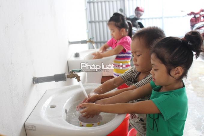 Hằng ngày, hơn 550 em học sinh vẫn phải sử dụng nguồn nước giếng khoan nghi không an toàn.