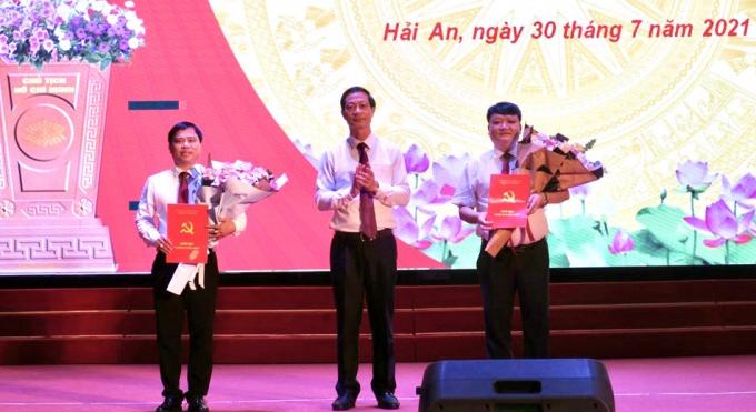 Phó Bí thư Thành uỷ Đỗ Mạnh Hiến trao quyết định chúc mừng đồng chí Nguyễn Công Hân và đồng chí Dương Đình Ổn.