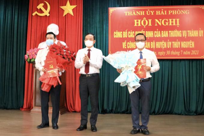 Bí thư Thành uỷ Trần Lưu Quang tặng hoa, trao quyết định cho hai đồng chí Phạm Văn Thép, Uông Minh Long