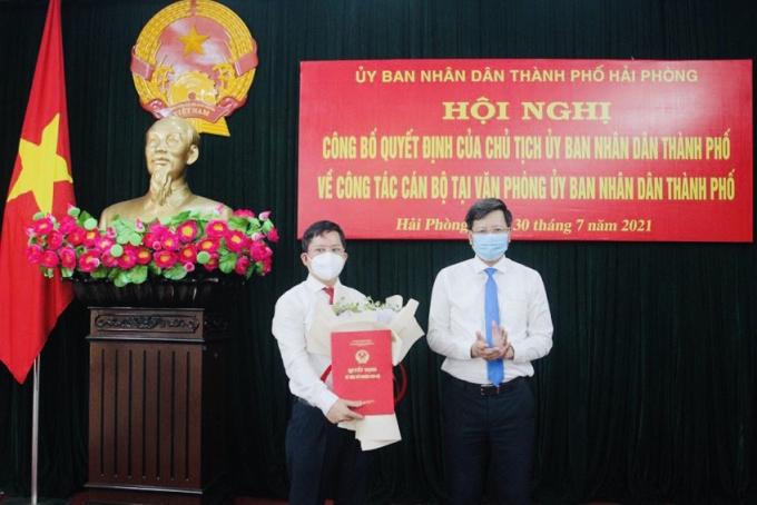 Phó Chủ tịch thường trực UBND TP Hải Phòng Lê Anh Quân trao Quyết định cho đồng chí Trần Văn Thiện.