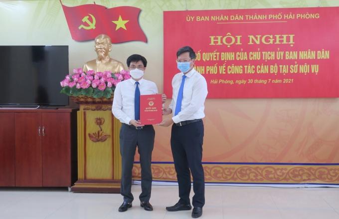 Phó Chủ tịch thường trực UBND TP Hải Phòng Lê Anh Quân trao Quyết định cho đồng chí Hoàng Văn Đức.
