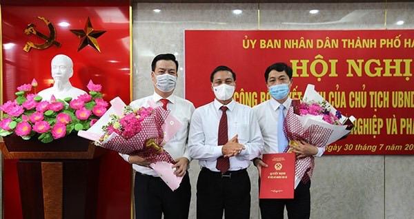 Chủ tịch UBND TP Nguyễn Văn Tùng trao Quyết định, tặng hoa chúc mừng tân Giám đốc sở Nông nghiệp và phát triển nông thôn TP
