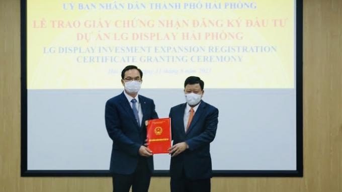 Trưởng Ban quản lý Khu kinh tế Hải Phòng Lê Trung Kiên trao giấy chứng nhận đầu tư cho Công ty LG Display Việt Nam Hải Phòng.