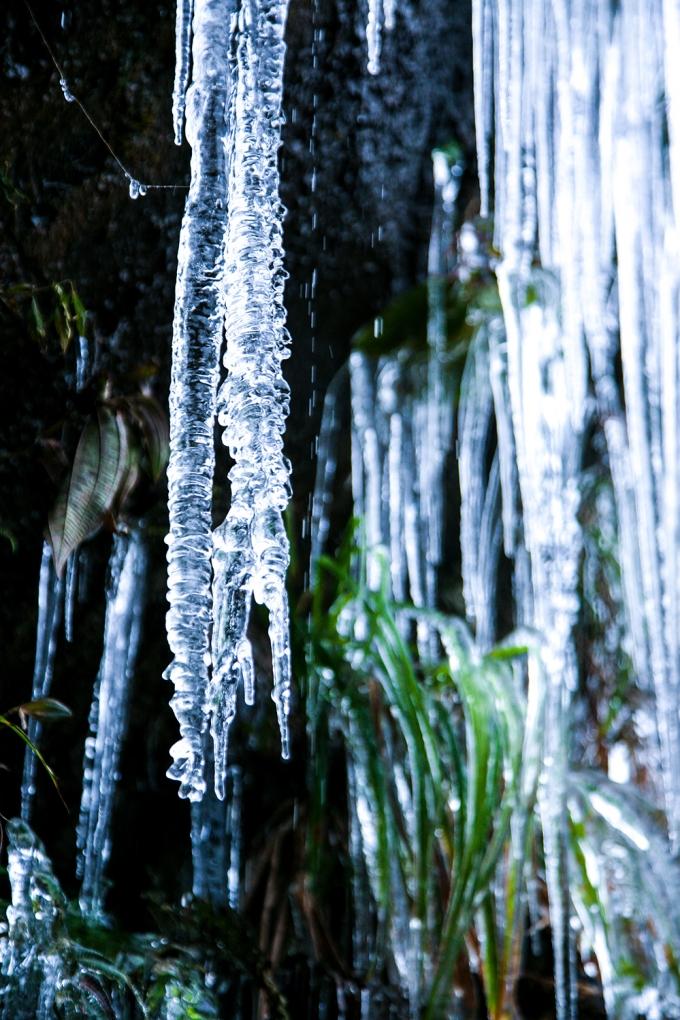 Nước đóng băng trong hang