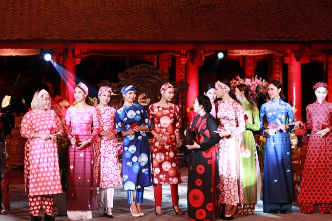 NSƯT Thanh Loan cùng dàn người mẫu biểu diễn cho bộ sưu tập áo dài