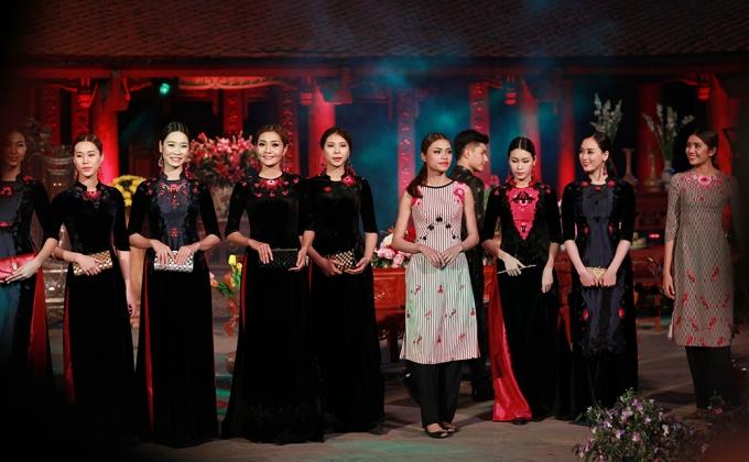 Người mẫu trình diễn bộ sưu tập áo dài Hoa Ti Gôn.