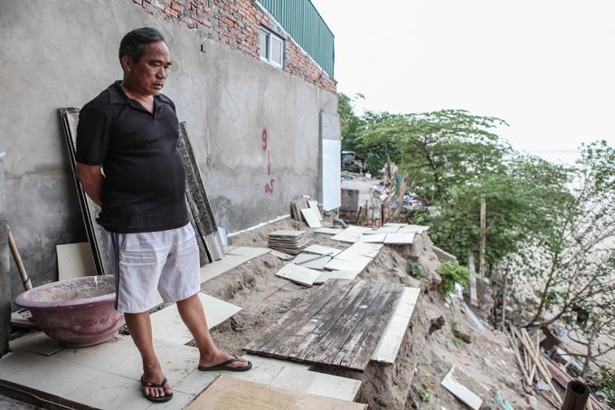 Ông Bình, chủ căn nhà bị sụt lở đang phải thuê căn nhà khác để ở tạm.