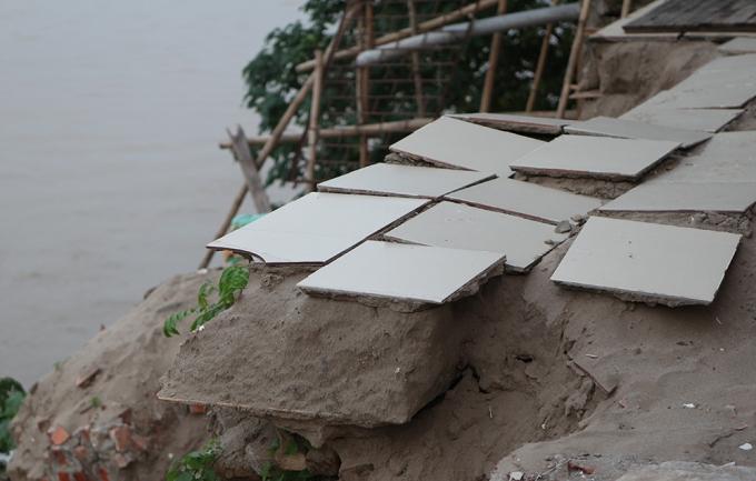Nền của căn nhà trước đây chỉ còn lại những viên gạch bấp bênh trên nền móng cát mỏng manh.