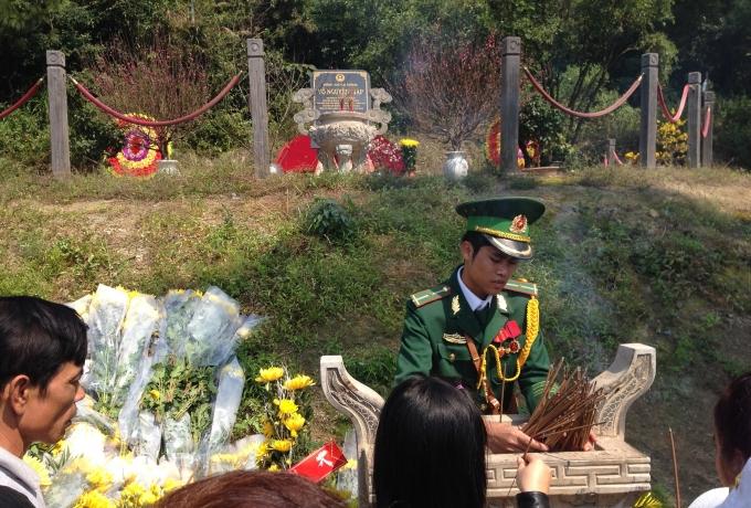Lư hương trước mộ Đại tướng luôn trong tình trạng đầy ứ, buộc các chiến sỹ phải rút hương liên tục để người khác được dâng hương.