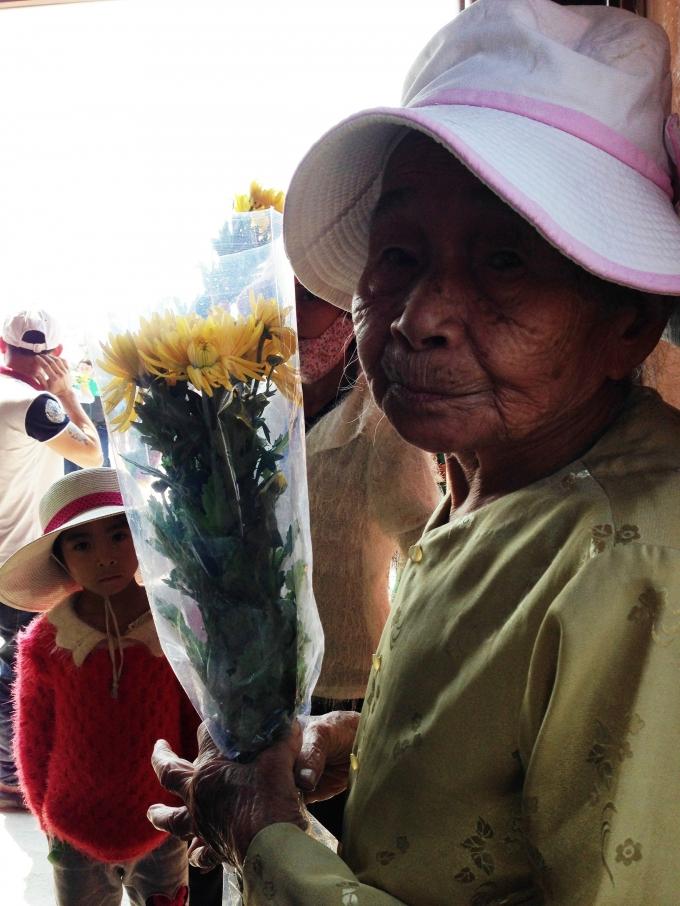 Cụ già đang ngóng chờ người thân và ban quản lý khu lăng mộ giúp đỡ để có thể được dâng hương lên mộ Đại tướng.